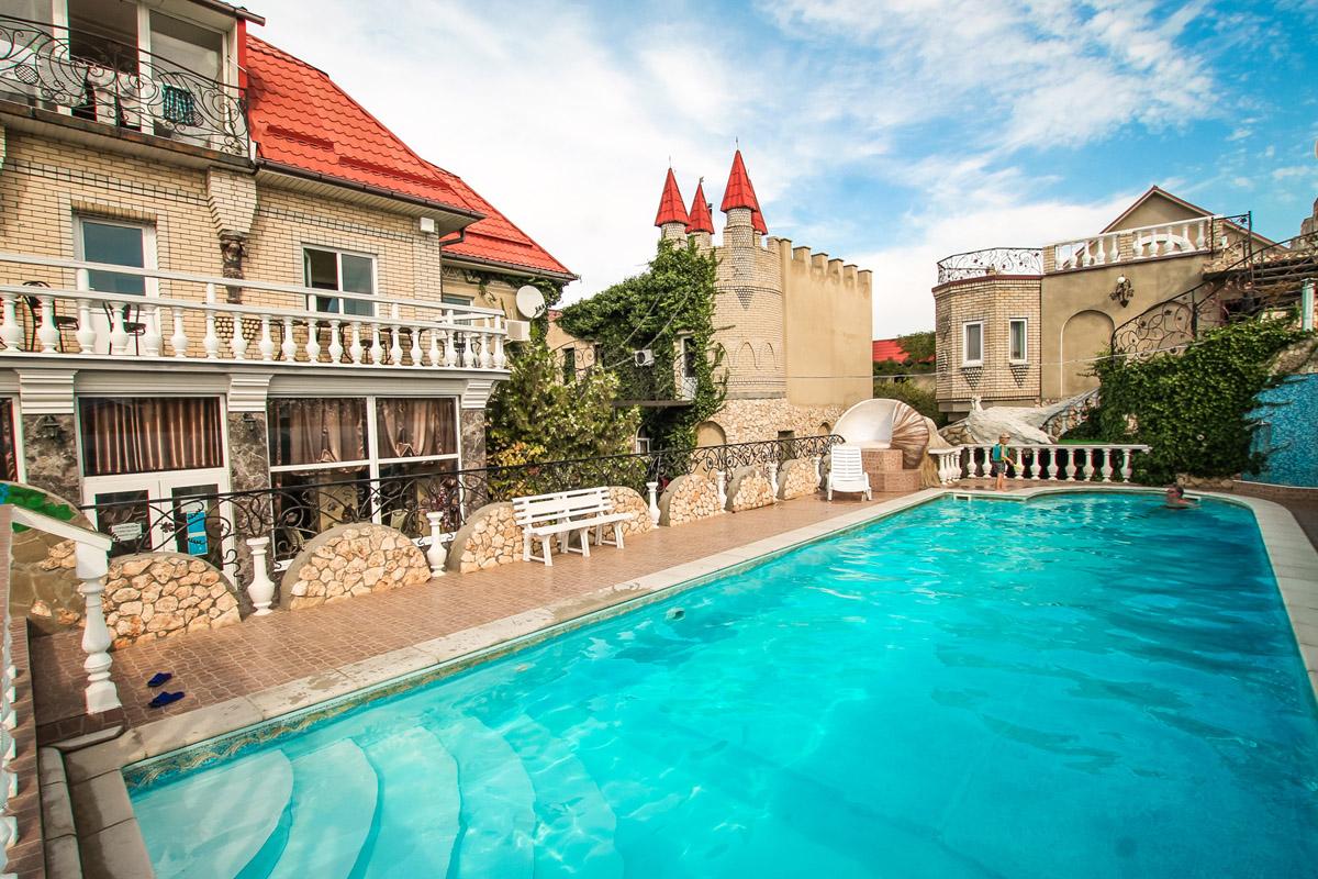 Отель в Черноморском районе Крыма с бассейном фото